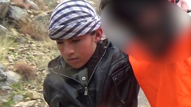 Ghê rợn chiến binh nhí IS xử bắn 'gián điệp' Taliban - ảnh 2