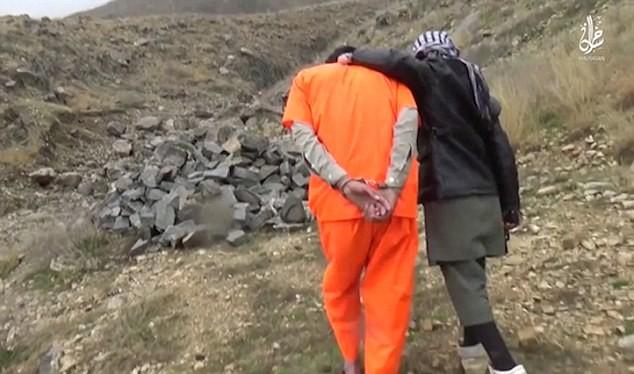 Ghê rợn chiến binh nhí IS xử bắn 'gián điệp' Taliban - ảnh 3