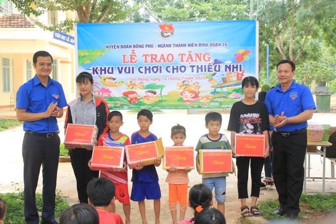 Bí thư T.Ư Đoàn thăm, tặng quà chiến sỹ Mùa hè xanh tại Bình Phước - ảnh 2