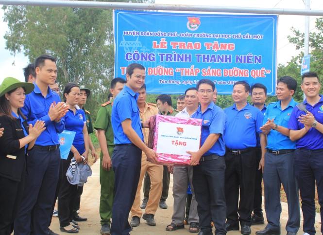 Bí thư T.Ư Đoàn thăm, tặng quà chiến sỹ Mùa hè xanh tại Bình Phước - ảnh 5