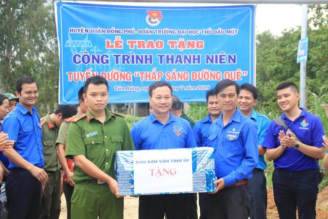 Bí thư T.Ư Đoàn thăm, tặng quà chiến sỹ Mùa hè xanh tại Bình Phước - ảnh 6