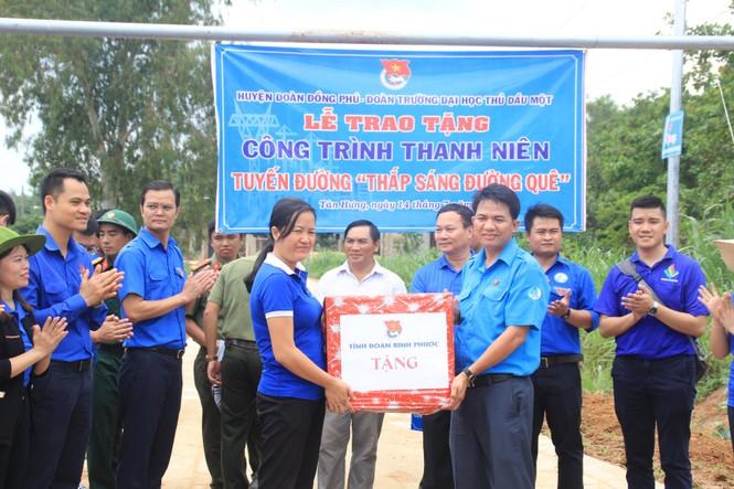 Bí thư T.Ư Đoàn thăm, tặng quà chiến sỹ Mùa hè xanh tại Bình Phước - ảnh 7