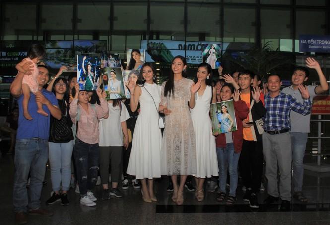 Fan vây kín Top 3 Miss World Việt Nam ở sân bay Tân Sơn Nhất - ảnh 3