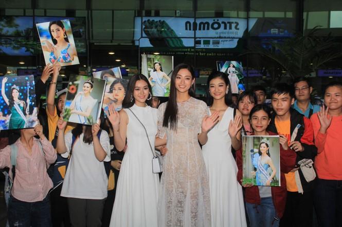 Fan vây kín Top 3 Miss World Việt Nam ở sân bay Tân Sơn Nhất - ảnh 4