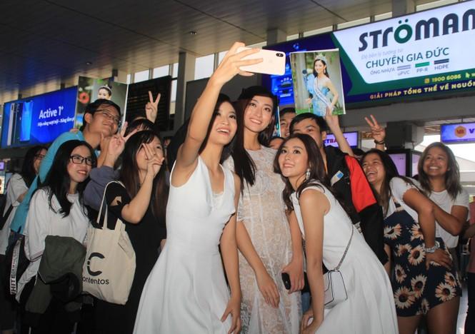 Fan vây kín Top 3 Miss World Việt Nam ở sân bay Tân Sơn Nhất - ảnh 5