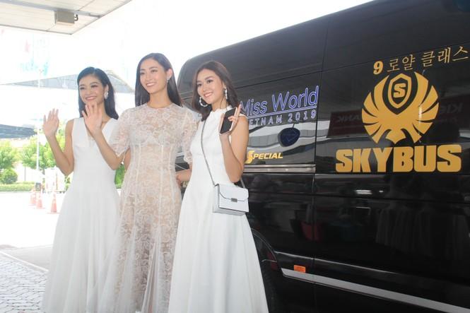 Fan vây kín Top 3 Miss World Việt Nam ở sân bay Tân Sơn Nhất - ảnh 9