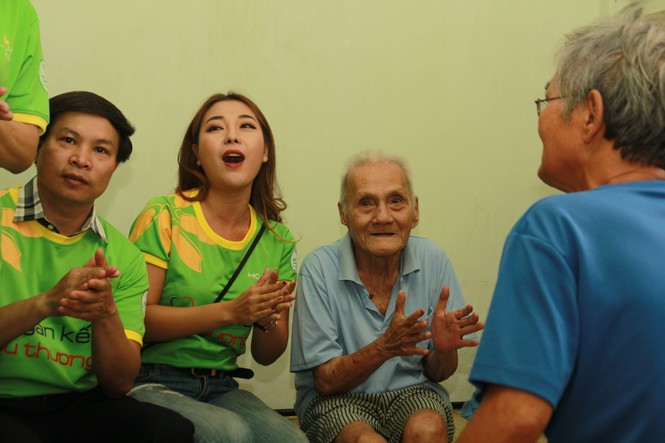Nhiều nghệ sỹ TPHCM đến giường bệnh tặng quà, chăm lo người cao tuổi - ảnh 2