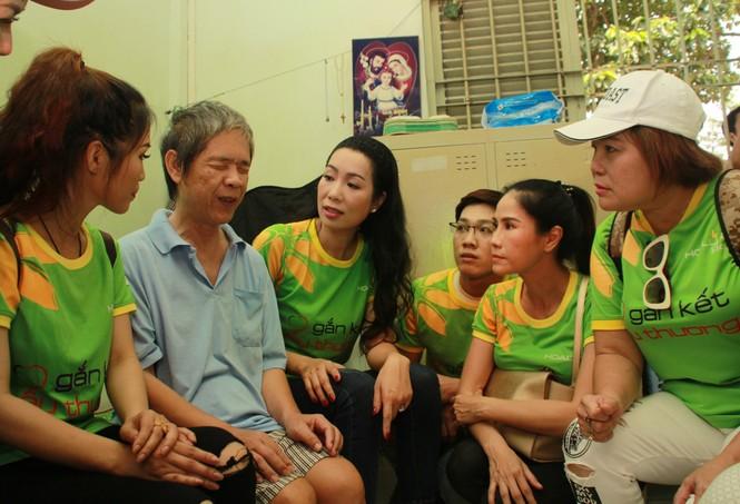 Nhiều nghệ sỹ TPHCM đến giường bệnh tặng quà, chăm lo người cao tuổi - ảnh 1