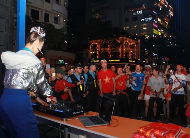 Dân ta - dân Tây bừng khí thế trên phố đi bộ Nguyễn Huệ tiếp sức tuyển Việt Nam chiến UAE  - ảnh 2
