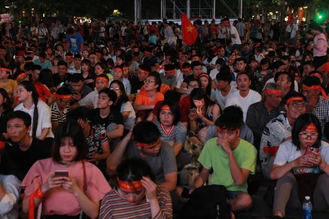 Dân ta - dân Tây bừng khí thế trên phố đi bộ Nguyễn Huệ tiếp sức tuyển Việt Nam chiến UAE  - ảnh 8
