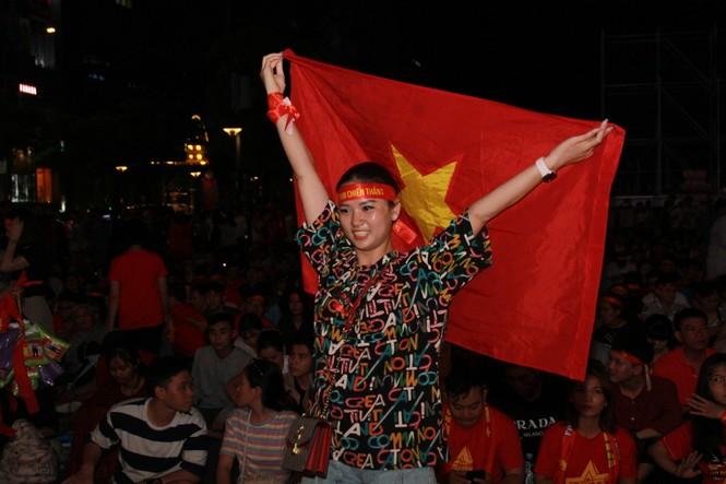 Dân ta - dân Tây bừng khí thế trên phố đi bộ Nguyễn Huệ tiếp sức tuyển Việt Nam chiến UAE  - ảnh 7