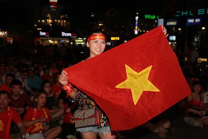 Dân ta - dân Tây bừng khí thế trên phố đi bộ Nguyễn Huệ tiếp sức tuyển Việt Nam chiến UAE  - ảnh 6