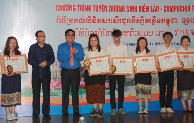 Khen thưởng 86 sinh viên Lào, Campuchia nỗ lực học tập, tích cực tham gia hoạt động phong trào - ảnh 7