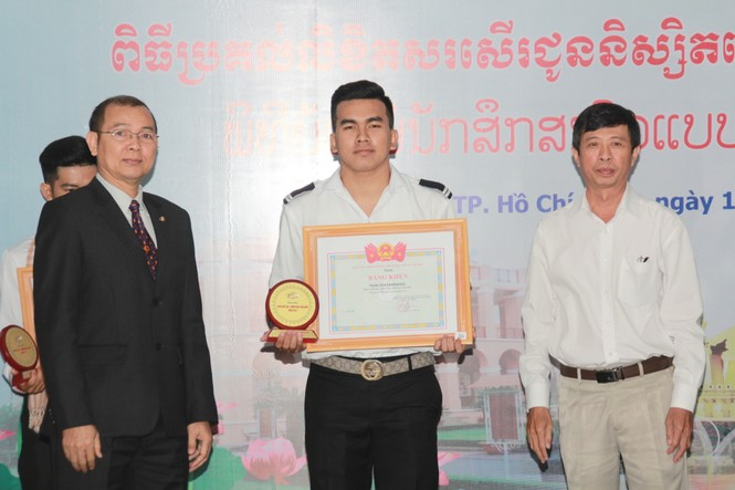 Khen thưởng 86 sinh viên Lào, Campuchia nỗ lực học tập, tích cực tham gia hoạt động phong trào - ảnh 2