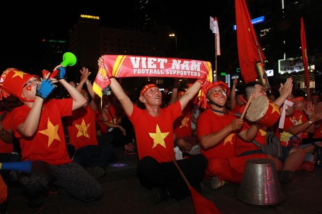 Việt Nam đấu Thái Lan, vạn người nhuộm đỏ phố Nguyễn Huệ - ảnh 2