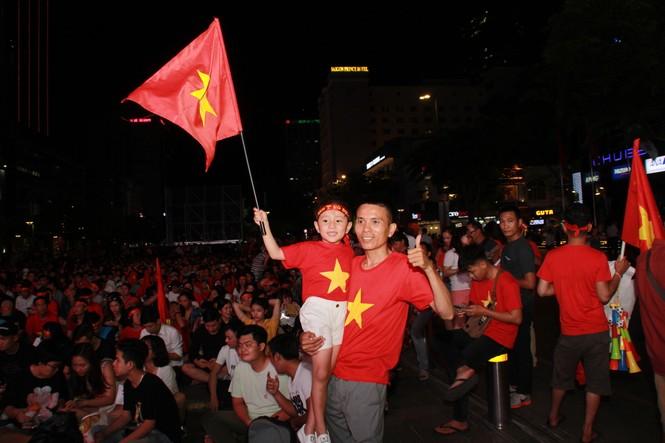 Việt Nam đấu Thái Lan, vạn người nhuộm đỏ phố Nguyễn Huệ - ảnh 5