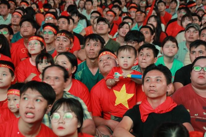 Việt Nam đấu Thái Lan, vạn người nhuộm đỏ phố Nguyễn Huệ - ảnh 9