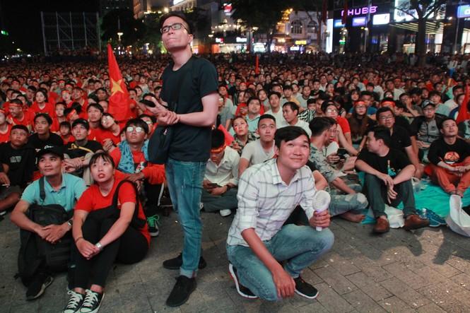 Việt Nam đấu Thái Lan, vạn người nhuộm đỏ phố Nguyễn Huệ - ảnh 6