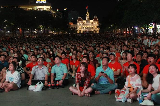 Việt Nam đấu Thái Lan, vạn người nhuộm đỏ phố Nguyễn Huệ - ảnh 11