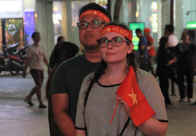 Việt Nam đấu Thái Lan, vạn người nhuộm đỏ phố Nguyễn Huệ - ảnh 20