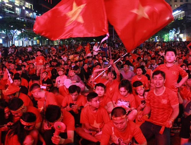 Việt Nam đấu Thái Lan, vạn người nhuộm đỏ phố Nguyễn Huệ - ảnh 3
