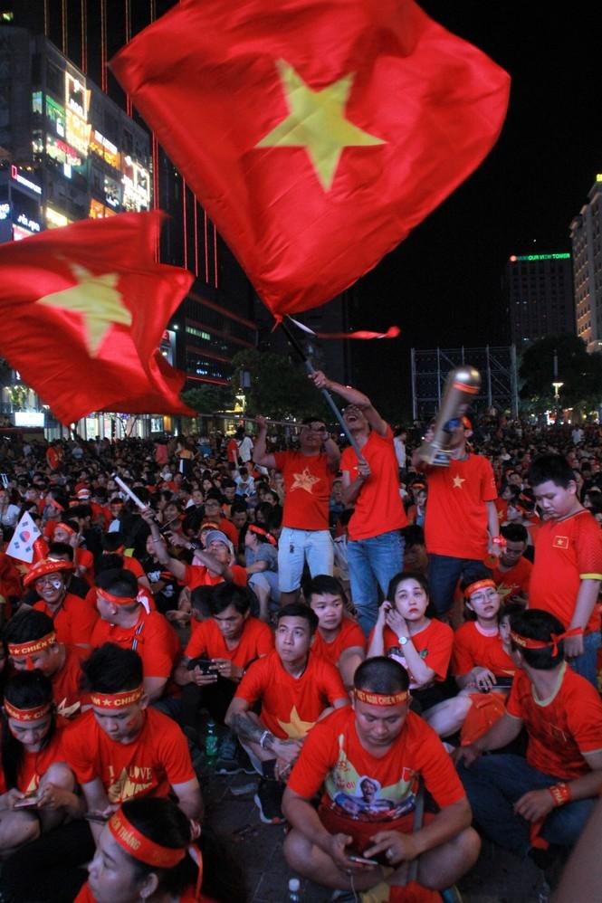 Việt Nam đấu Thái Lan, vạn người nhuộm đỏ phố Nguyễn Huệ - ảnh 4