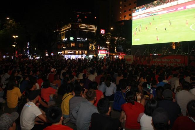 Việt Nam đấu Thái Lan, vạn người nhuộm đỏ phố Nguyễn Huệ - ảnh 10