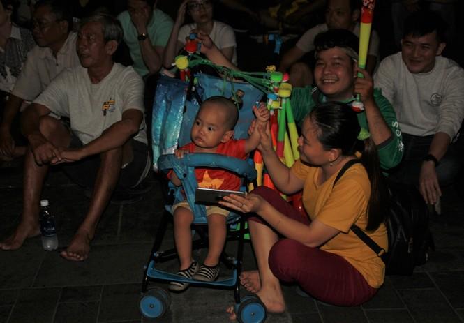 Việt Nam đấu Thái Lan, vạn người nhuộm đỏ phố Nguyễn Huệ - ảnh 21