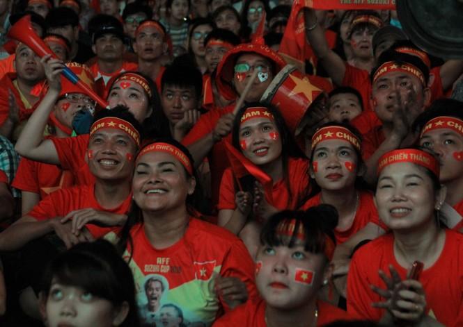 Việt Nam đấu Thái Lan, vạn người nhuộm đỏ phố Nguyễn Huệ - ảnh 15