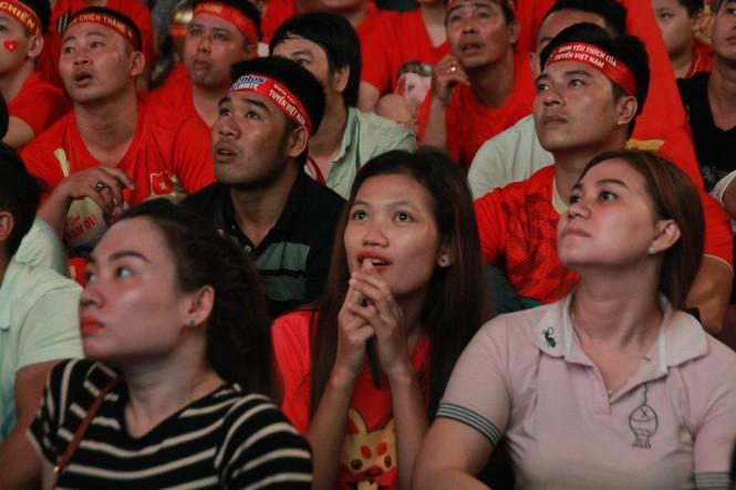 Việt Nam đấu Thái Lan, vạn người nhuộm đỏ phố Nguyễn Huệ - ảnh 16