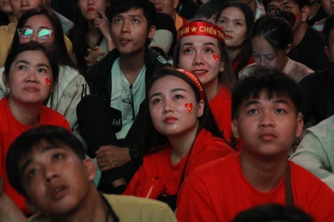 Việt Nam đấu Thái Lan, vạn người nhuộm đỏ phố Nguyễn Huệ - ảnh 17