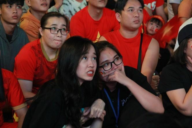 Việt Nam đấu Thái Lan, vạn người nhuộm đỏ phố Nguyễn Huệ - ảnh 14