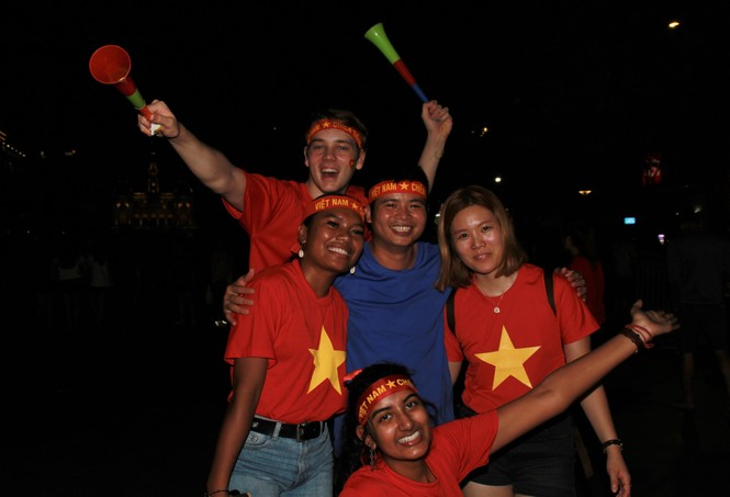 Việt Nam đấu Thái Lan, vạn người nhuộm đỏ phố Nguyễn Huệ - ảnh 22