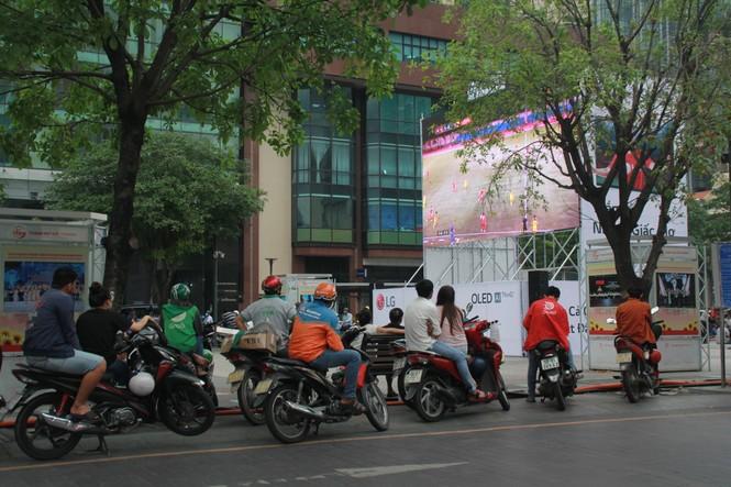 Lên phố đi bộ ủng hộ U22 Việt Nam ra quân ở SEA Games 30 - ảnh 3
