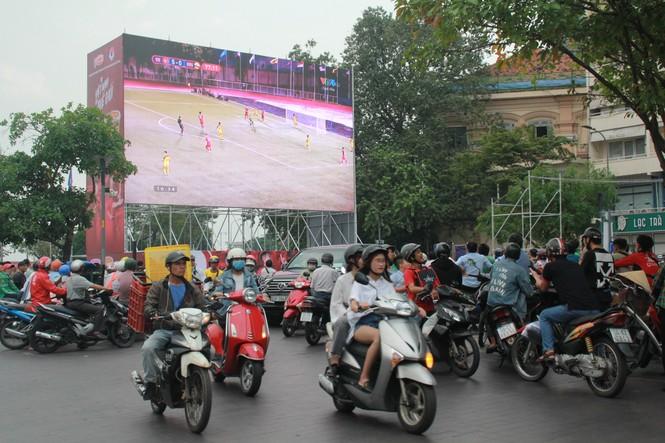 Lên phố đi bộ ủng hộ U22 Việt Nam ra quân ở SEA Games 30 - ảnh 4