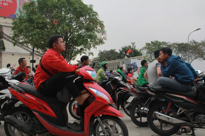 Lên phố đi bộ ủng hộ U22 Việt Nam ra quân ở SEA Games 30 - ảnh 2