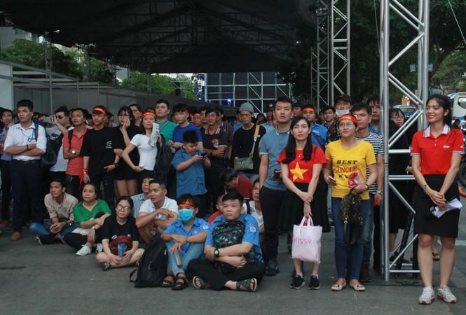 Lên phố đi bộ ủng hộ U22 Việt Nam ra quân ở SEA Games 30 - ảnh 1