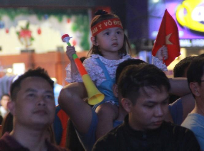 Biển người tiếp lửa U22 Việt Nam trận đại thắng U22 Campuchia - ảnh 8