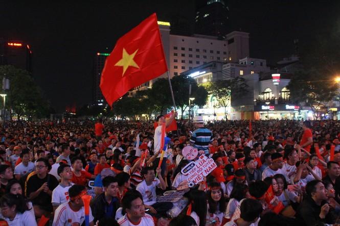 Biển người tiếp lửa U22 Việt Nam trận đại thắng U22 Campuchia - ảnh 4