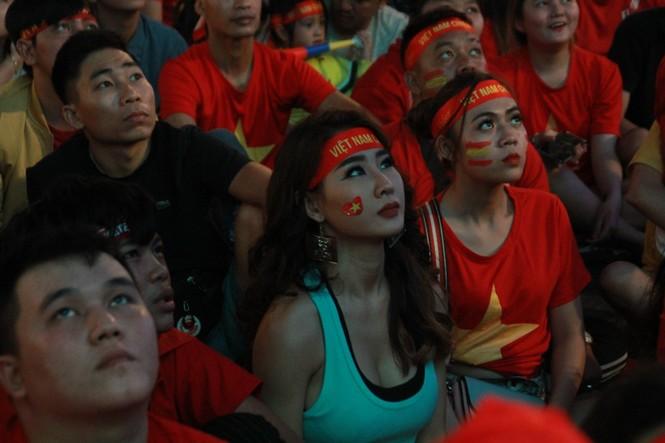 Biển người tiếp lửa U22 Việt Nam trận đại thắng U22 Campuchia - ảnh 10
