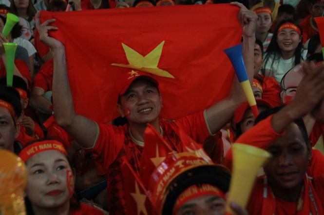 Biển người tiếp lửa U22 Việt Nam trận đại thắng U22 Campuchia - ảnh 1