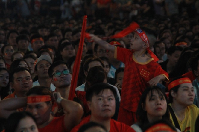 Biển người tiếp lửa U22 Việt Nam trận đại thắng U22 Campuchia - ảnh 9