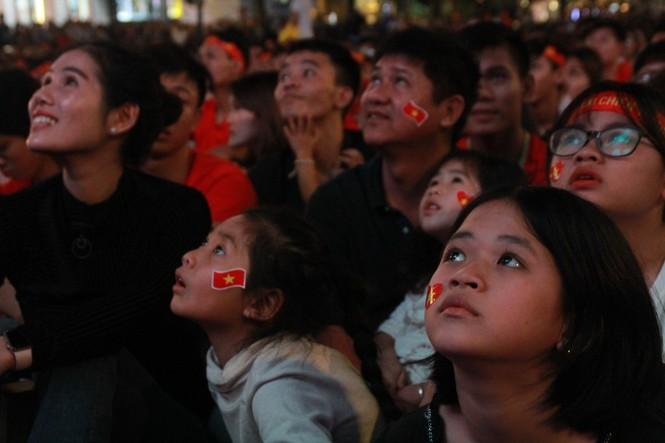 Biển người tiếp lửa U22 Việt Nam trận đại thắng U22 Campuchia - ảnh 7