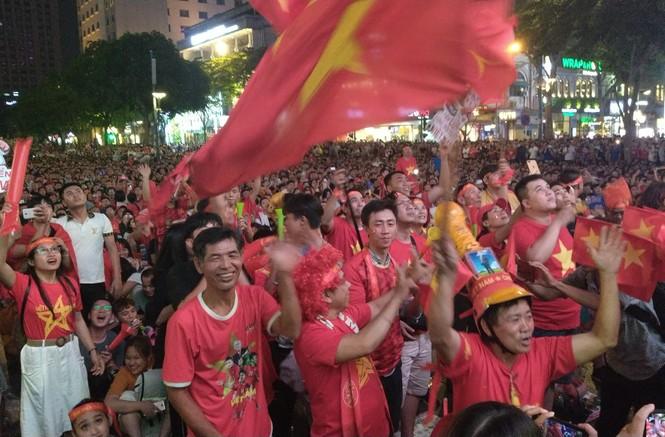 Biển người tiếp lửa U22 Việt Nam trận đại thắng U22 Campuchia - ảnh 12