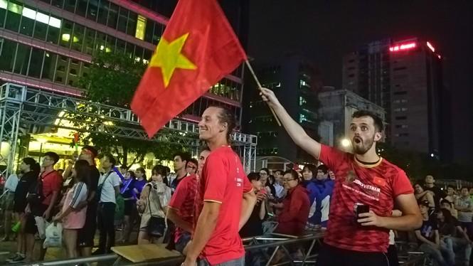 Biển người tiếp lửa U22 Việt Nam trận đại thắng U22 Campuchia - ảnh 11