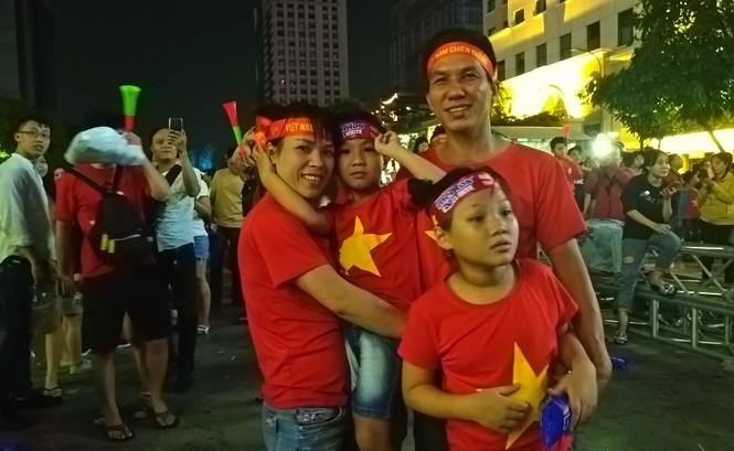 Biển người tiếp lửa U22 Việt Nam trận đại thắng U22 Campuchia - ảnh 13