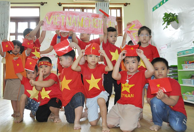 Học sinh tiểu học TPHCM diện áo cờ đỏ sao vàng tiếp lửa cho U22 Việt Nam - ảnh 10