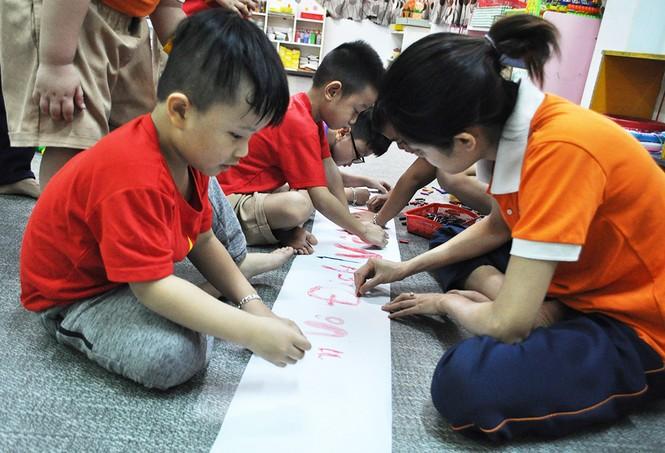 Học sinh tiểu học TPHCM diện áo cờ đỏ sao vàng tiếp lửa cho U22 Việt Nam - ảnh 6
