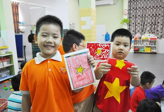 Học sinh tiểu học TPHCM diện áo cờ đỏ sao vàng tiếp lửa cho U22 Việt Nam - ảnh 9
