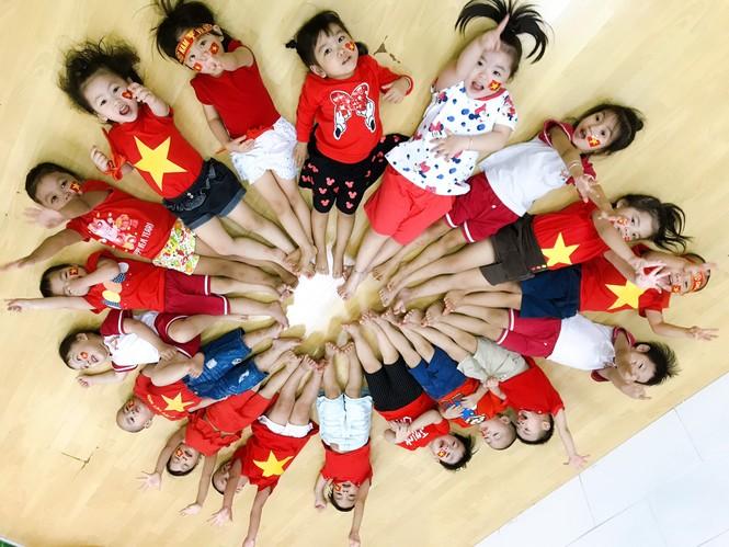 Học sinh tiểu học TPHCM diện áo cờ đỏ sao vàng tiếp lửa cho U22 Việt Nam - ảnh 12